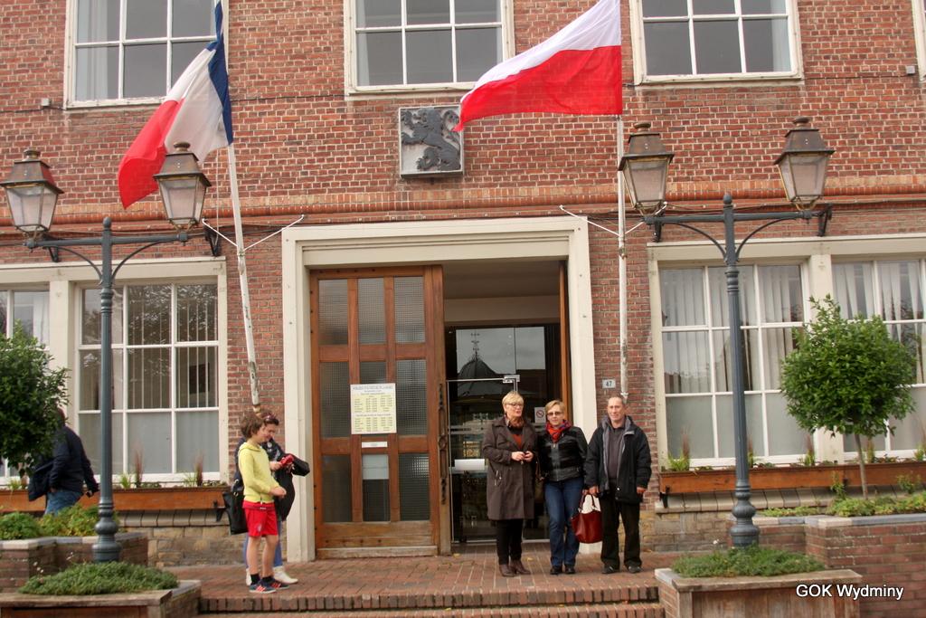 Polska flaga dumnie powiewa przed urzędem miejskim w Wormhout.