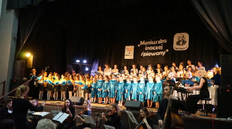 """""""Moniuszko inaczej śpiewany"""" – koncert siedmiu chórów w Wydminach."""
